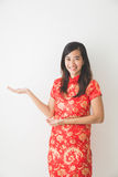 Ασιατική γυναίκα που φορά την παρουσίαση φορεμάτων παραδοσιακού κινέζικου Στοκ Εικόνες