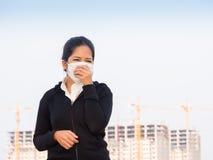 Ασιατική γυναίκα που φορά τη μάσκα προσώπου και το βήξιμο Στοκ Εικόνες