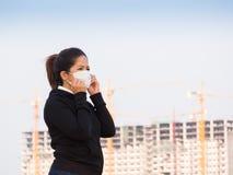 Ασιατική γυναίκα που φορά τη μάσκα προσώπου Στοκ φωτογραφία με δικαίωμα ελεύθερης χρήσης