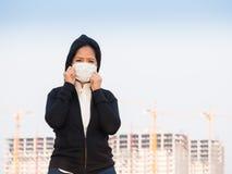 Ασιατική γυναίκα που φορά τη μάσκα προσώπου Στοκ Εικόνες