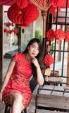 Ασιατική γυναίκα που φορά το κόκκινο παραδοσιακό φόρεμα στο κινεζικό νέο φεστιβάλ έτους στοκ φωτογραφία