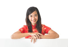 Ασιατική γυναίκα που φορά το φόρεμα παραδοσιακού κινέζικου που κρατά το κενό μόριο Στοκ Εικόνα