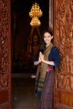 Ασιατική γυναίκα που φορά το χαρακτηριστικό (παραδοσιακό) ταϊλανδικό φόρεμα Στοκ Εικόνες