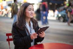 Ασιατική γυναίκα που χρησιμοποιεί το PC ταμπλετών Στοκ Φωτογραφία