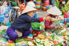 Ασιατική γυναίκα στα παραδοσιακά βιετναμέζικα καπέλα που πωλούν το φρέσκο vegetab Στοκ εικόνα με δικαίωμα ελεύθερης χρήσης