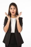 Ασιατική γυναίκα στην επιχειρησιακή formAsian γυναίκα να ενεργήσει επιχειρησιακών στην επίσημη μαύρη κοστουμιών έκπληξη στοκ εικόνα