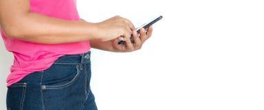 Ασιατική γυναίκα στην μπλούζα με το smartphone πέρα από το άσπρο υπόβαθρο στοκ εικόνα με δικαίωμα ελεύθερης χρήσης