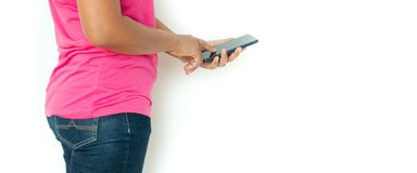 Ασιατική γυναίκα στην μπλούζα με το smartphone πέρα από το άσπρο υπόβαθρο στοκ φωτογραφία