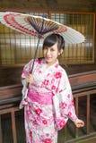Ασιατική γυναίκα στην ομπρέλα εκμετάλλευσης κιμονό Στοκ φωτογραφία με δικαίωμα ελεύθερης χρήσης