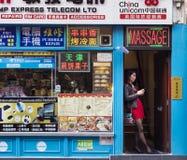 Ασιατική γυναίκα στην πόρτα σε Soho στοκ φωτογραφία με δικαίωμα ελεύθερης χρήσης