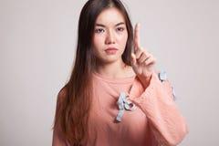 Ασιατική γυναίκα σχετικά με την οθόνη με το δάχτυλο Στοκ φωτογραφία με δικαίωμα ελεύθερης χρήσης