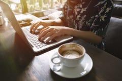 Ασιατική γυναίκα Hipster που χρησιμοποιεί το lap-top στον καφέ στοκ εικόνες