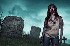 Ασιατική γυναίκα zombie στο νεκροταφείο Στοκ εικόνα με δικαίωμα ελεύθερης χρήσης
