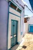 Ασιατική διακοσμητική μπλε πόρτα σχεδίου με ένα σχέδιο στον τοίχο στην Τυνησία Στοκ φωτογραφία με δικαίωμα ελεύθερης χρήσης