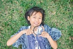 Ασιατική ενίσχυση εκμετάλλευσης χεριών κοριτσιών - γυαλί στον κήπο Στοκ φωτογραφίες με δικαίωμα ελεύθερης χρήσης