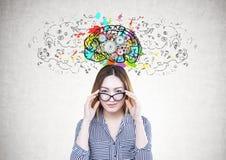 Ασιατική επιχειρηματίας, γυαλιά, εγκέφαλος βαραίνω στοκ φωτογραφίες
