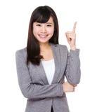 Ασιατική επιχειρηματίας με το σημείο δάχτυλων επάνω Στοκ εικόνα με δικαίωμα ελεύθερης χρήσης