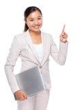 Ασιατική επιχειρηματίας με το φορητό προσωπικό υπολογιστή και το δάχτυλο επάνω Στοκ εικόνα με δικαίωμα ελεύθερης χρήσης
