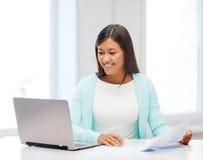 Ασιατική επιχειρηματίας με το lap-top και τα έγγραφα Στοκ φωτογραφία με δικαίωμα ελεύθερης χρήσης