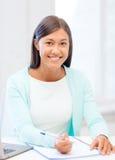 Ασιατική επιχειρηματίας με το lap-top και τα έγγραφα Στοκ Φωτογραφία