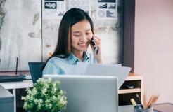 Ασιατική επιχειρηματίας που μιλά στο κινητό τηλέφωνο με τον πελάτη και lo Στοκ εικόνα με δικαίωμα ελεύθερης χρήσης
