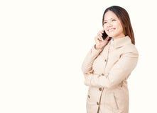 Ασιατική επιχειρηματίας που μιλά στο κινητό τηλέφωνο Στοκ Φωτογραφία