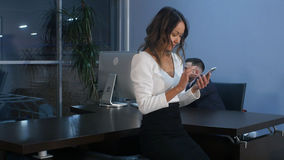 Ασιατική επιχειρηματίας που χρησιμοποιεί το smartphone στην αρχή Στοκ Εικόνες