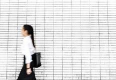 Ασιατική επιχειρηματίας σε μια βιασύνη στοκ φωτογραφίες με δικαίωμα ελεύθερης χρήσης