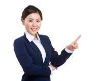 Ασιατική επιχειρησιακή γυναίκα με το σημείο δάχτυλων επάνω Στοκ φωτογραφία με δικαίωμα ελεύθερης χρήσης