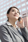 Ασιατική επιχειρησιακή γυναίκα που μιλά στο έξυπνο τηλέφωνο Στοκ φωτογραφία με δικαίωμα ελεύθερης χρήσης