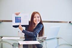 Ασιατική επιχειρησιακή γυναίκα που παρουσιάζει επιχειρησιακή γραφική παράσταση στην αίθουσα συνεδριάσεων Στοκ Φωτογραφία
