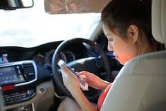Ασιατική επιχειρησιακή γυναίκα που χρησιμοποιεί την κινητή εργασία τηλεφωνικής επικοινωνίας Στοκ εικόνα με δικαίωμα ελεύθερης χρήσης