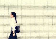 Ασιατική επιχειρησιακή γυναίκα σε μια βιασύνη στοκ φωτογραφία με δικαίωμα ελεύθερης χρήσης
