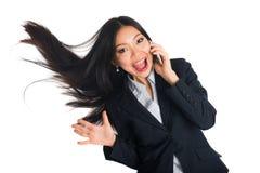 Ασιατική επιχειρησιακή γυναίκα στη τηλεφωνική συνομιλία και την ταλάντευση τρίχας Στοκ φωτογραφία με δικαίωμα ελεύθερης χρήσης