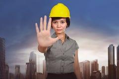 Ασιατική εργαζόμενη γυναίκα με το σημάδι χεριών στάσεων Στοκ φωτογραφία με δικαίωμα ελεύθερης χρήσης