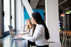 ασιατική εργασία γυναικών lap-top Στοκ Εικόνα