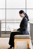 ασιατική εργασία lap-top επιχειρηματιών στοκ φωτογραφία με δικαίωμα ελεύθερης χρήσης