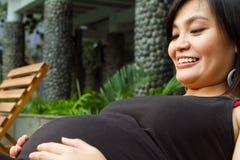 ασιατική ευτυχής έγκυο&si στοκ εικόνα