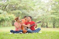 ασιατική ευτυχής κατοχή & στοκ φωτογραφίες με δικαίωμα ελεύθερης χρήσης