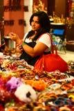 ασιατική ζωηρόχρωμη θηλυκή επιλογή βραχιολιών Στοκ εικόνες με δικαίωμα ελεύθερης χρήσης