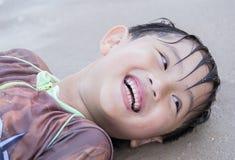 Ασιατική θάλασσα παιχνιδιού αγοριών Στοκ Εικόνα