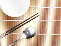 Ασιατική θέση πιάτων που θέτει στο χαλί μπαμπού, κορεατικό ύφος Στοκ φωτογραφίες με δικαίωμα ελεύθερης χρήσης