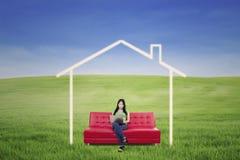Ασιατική θηλυκή εργασία στο lap-top στο σπίτι ονείρου υπαίθριο Στοκ Φωτογραφία