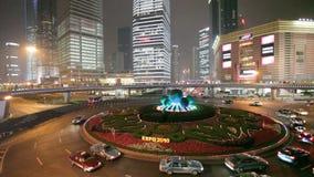 Ασιατική διασταύρωση κυκλικής κυκλοφορίας πύργων μαργαριταριών τη νύχτα φιλμ μικρού μήκους
