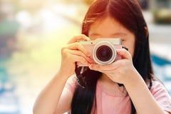 Ασιατική κάμερα εκμετάλλευσης παιδιών που παίρνει τη φωτογραφία που επεξηγεί το ταξίδι Στοκ φωτογραφία με δικαίωμα ελεύθερης χρήσης