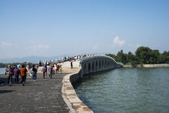 Ασιατική Κίνα, Πεκίνο, το θερινό παλάτι, η γέφυρα 17-αψίδων Στοκ Φωτογραφίες