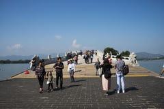 Ασιατική Κίνα, Πεκίνο, το θερινό παλάτι, η γέφυρα 17-αψίδων Στοκ Εικόνες