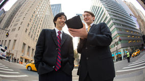 Ασιατική και καυκάσια ομιλία επιχειρηματιών Στοκ φωτογραφία με δικαίωμα ελεύθερης χρήσης