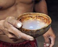 Ασιατική κατανάλωση ατόμων από το κοχύλι καρύδων Στοκ Φωτογραφία
