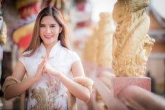 Ασιατική κινεζική γυναίκα από την κινεζική άποψη παραδοσιακού κινέζικου στοκ φωτογραφία με δικαίωμα ελεύθερης χρήσης